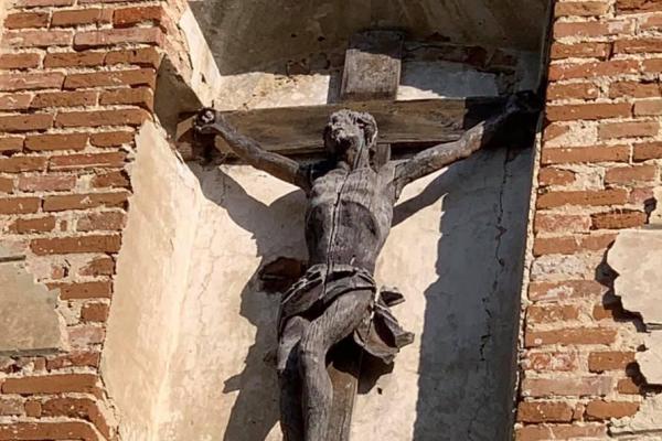 На Тернопільщині поприбирали біля старовинного костелу