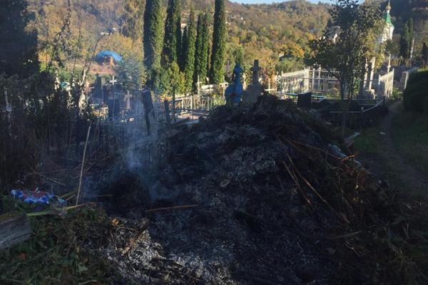 «Чому така зневага до пам'яті предків?»: на Тернопільщині утворили сміттєзвалище посеред цвинтаря