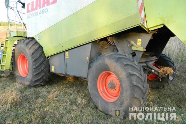 На Тернопільщині під колесами комбайна помер чоловік