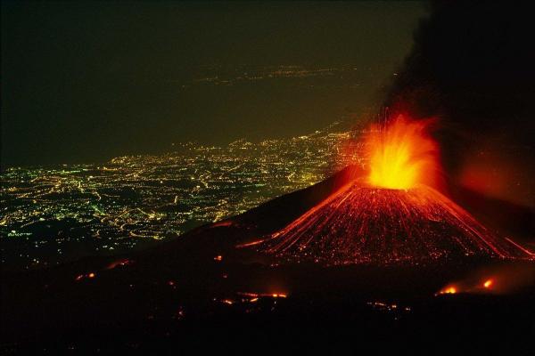 В Італії знову прокинувся вулкан Етна (Відео)