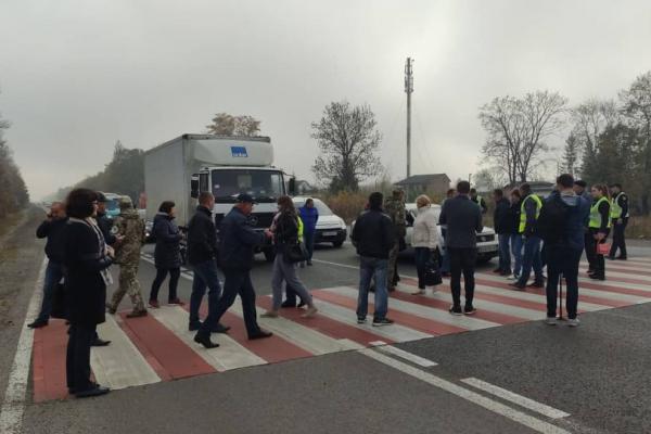 Перекрили дорогу: у Тернополі протестують через смерть 15-річної дівчини