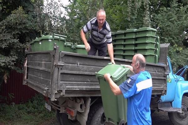 У Шумській громаді продовжують роздавати жителям індивідуальні смітники та встановлювати майданчики для сортування відходів