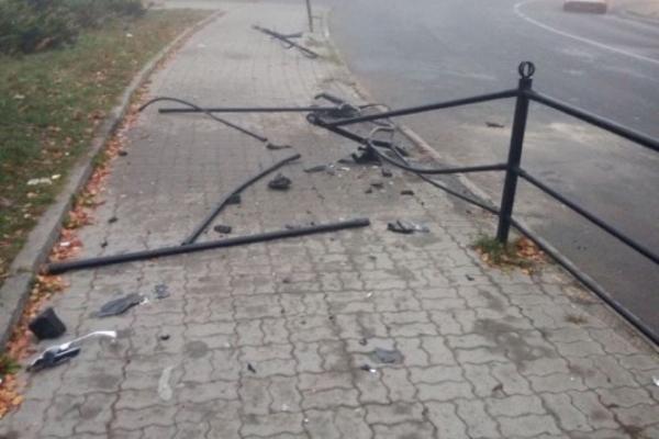 Черговий тернопільський «шумахер» зніс паркан на Замковій (Фото)
