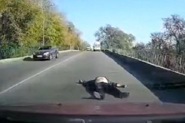 Це Україна: з карети «швидкої» на повному ходу випав пацієнт (Відео)