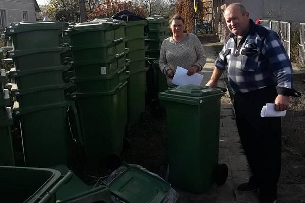 У Теребовлянській громаді людям безкоштовно роздали уже 450 індивідуальних смітників