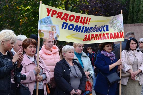 Київська влада вчергове переклала свої фінансові зобов'язання на місцеві громади