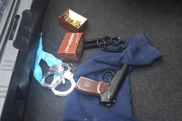 «Перебували у розшуку»: на Тернопільщині затримали озброєного водія