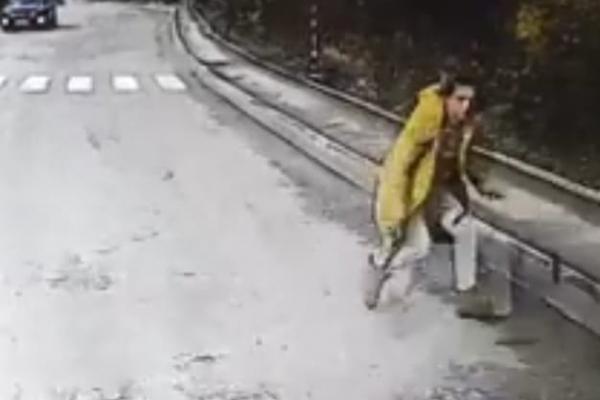 У Кременці жінка кинулася під колеса авто (Відео)