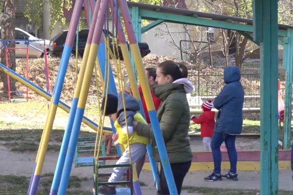 Мешканці Тернополя скаржаться на занедбаний дитячий майданчик і мріють про новий