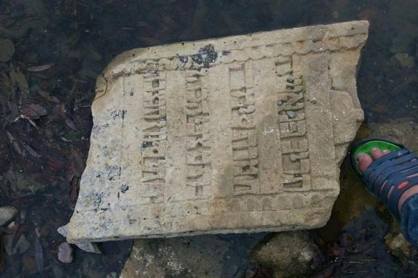 На Тернопільщині у Дністрі рибалка знайшов старовинний надгробок
