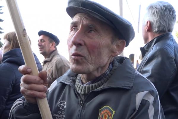 Квітами і пікетом: як у Тернополі зустрічали Президента України Володимира Зеленського