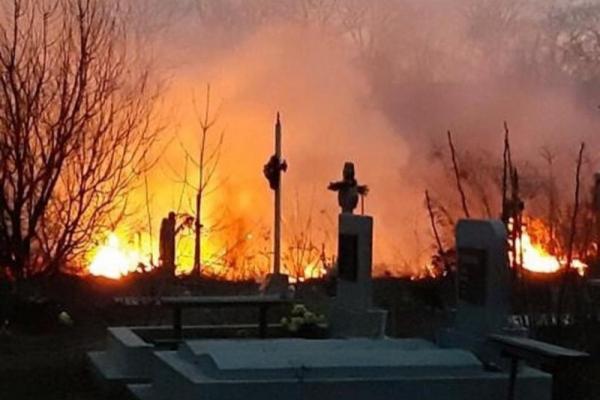 На Тернопільщині горіли кладовища