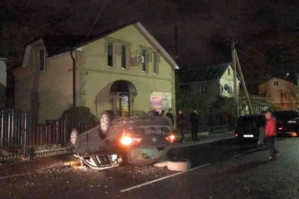 Нічна ДТП у Тернополі: іномарка врізалася в огорожу будинку та перекинулася