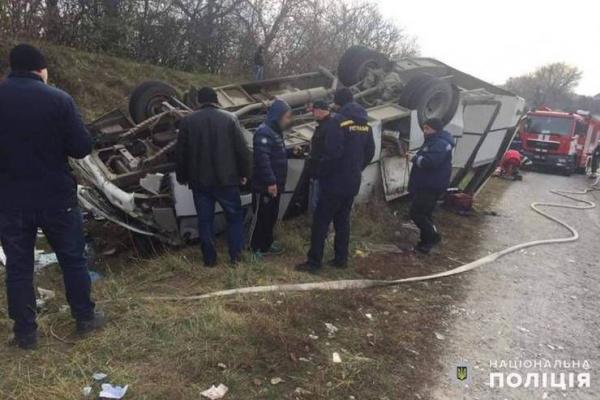 Автобус перекинувся разом із пасажирами: одна з травмованих жінок у тяжкому стані