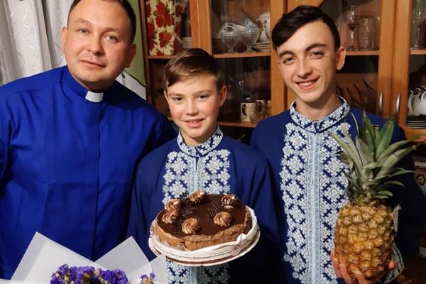 Відомий священник з Лановеччини усиновив ще одну дитину (Фото)