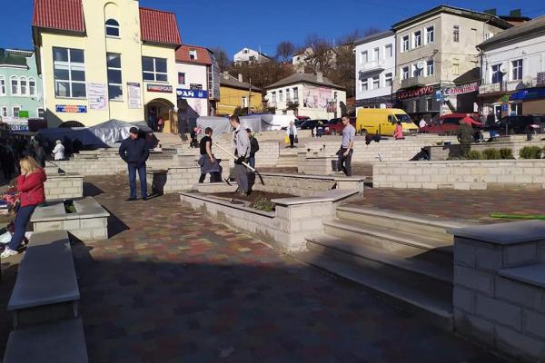 Центральну площу Бучача знову оновили