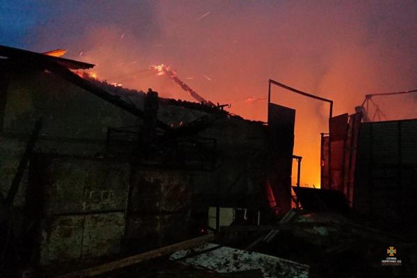 «Вогонь знищив урожай»: на тернопільському зерновому складі виникла пожежа