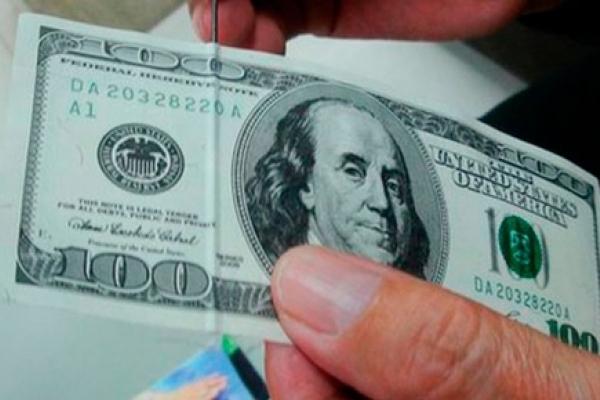 Тернополянин продав свій айфон за долари, які виявились фальшивими