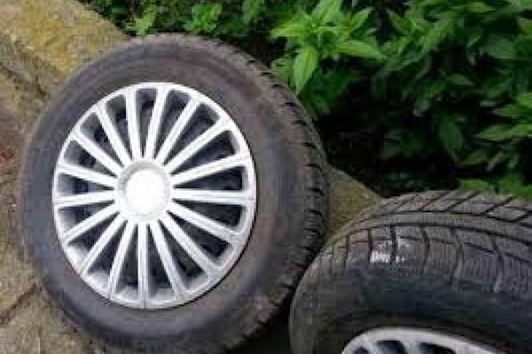 У Великих Бірках з чужого авта невідомі зняли 4 колеса