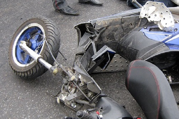 Біля Почаєва жінка випала зі скутера