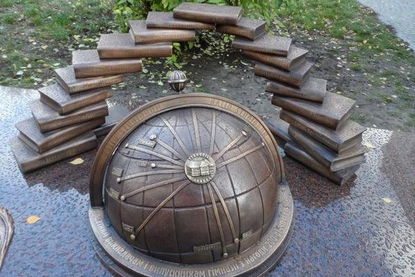 Про гімназію та її знаменитих гімназистів з Тарнополя нагадає нова бронзова пам'ятка
