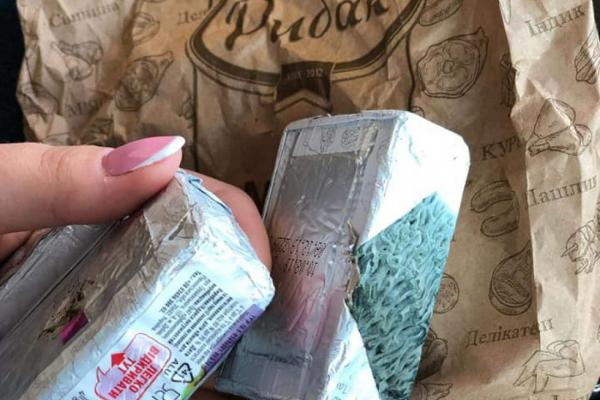 Сирки, покриті густою пліснявою, продають в магазині у Бережанах
