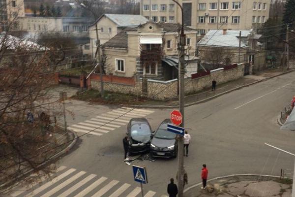 В центрі Тернополя на перехресті не розминулися дві іномарки