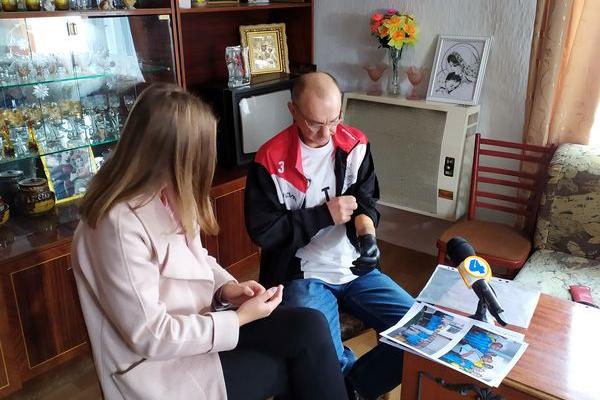 Мешканець Тернопільщини, який втратив руку, намагається не замикатися в чотирьох стінах