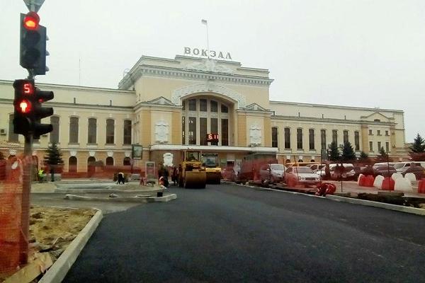 Реконструкція Привокзальної площі: ремонт завершать до кінця року, висадка зелених насаджень – навесні