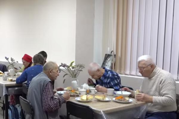 Понад півсотні тернополян щодня безкоштовно годують у соціальній їдальні
