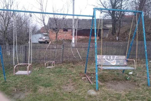 У Гиновичах на Бережанщинівандали понищили дитмайданчик, який власноруч зробили батьки дітей