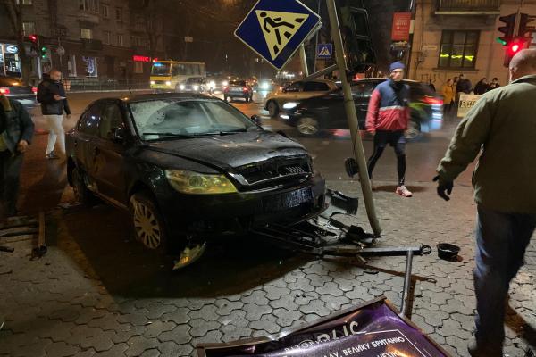 У центрі Тернополя трапилась ДТП – п'яний водій, потрощена машина, збито світлофор (Фото, відео)