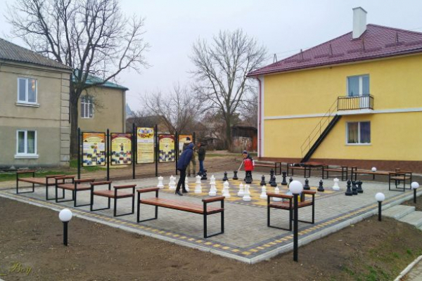 На  Тернопільщині відкрили майданчик з шахами