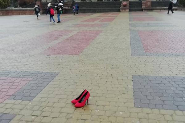 «Інсталяцію зі 600 пар жіночих туфель»: тернополянки  виступають проти насильства