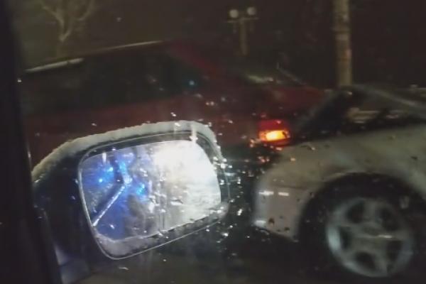 На дамбі тернопільського ставу зіткнулись 5 автомобілів (Відео)