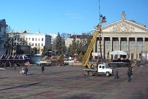 У Тернополі розпочали встановлювати головну новорічну ялинку