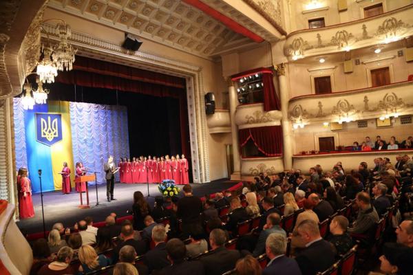 Переповнений драмтеатр та оплески: в Тернополі нагородили кращих представників органів місцевого самоврядування (Фото)
