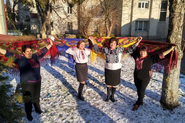 Працівниці Тернопільського лабораторного центру долучилися до Всеукраїнського флешмобу «УкраїнськаХустка»