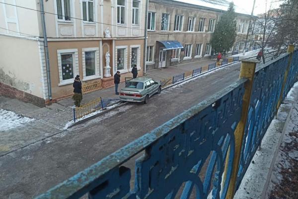 У Бучачі водій наїхав на металеву огорожу (Фото)