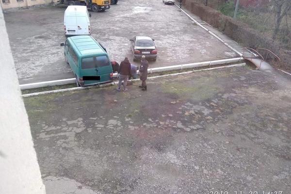 Невдала парковка: на Тернопільщині водій через неуважність пошкодив свій автомобіль