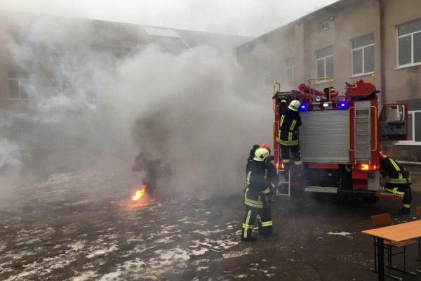 «Що робити вчителям та учням під час пожежі?»: на Тернопільщині рятувальники  провели навчання