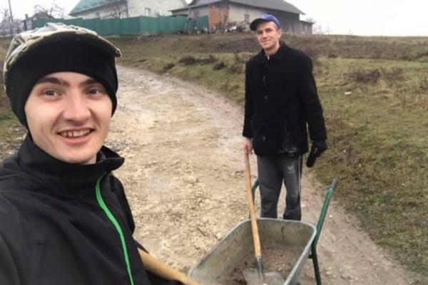 Молодь Тернопільщини власними силами бореться з бездоріжжям