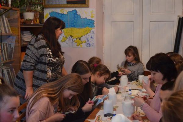 Жителі Чорткова вчилися виготовляти різдвяний декор для домівок