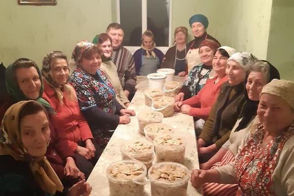 Жителі села Білозірка на Лановеччині наліпили вареників для воїнів на сході
