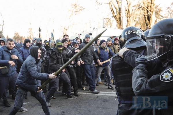«Нацкорпус» двічі побився з поліцією біля Верховної Ради, є постраждалі