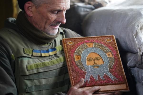 Воїн-іконописець: 58-річний боєць на передовій робить ікони з дроту