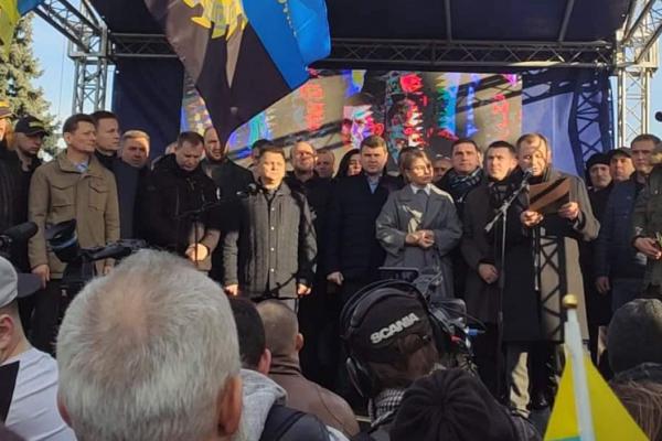 Під стінами ВРУ депутати Тернопільської облради стали на захист української землі