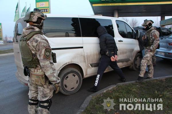 Групу заїжджих квартирних злодіїв піймали на виїзді з Тернополя оперативники (Відео)