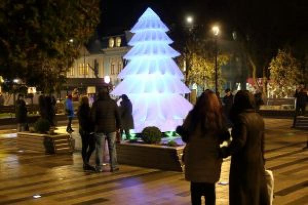 «Надувну ялинку забиратимуть на ніч»: у Тернополі намагаються вберегти новорічні декорації