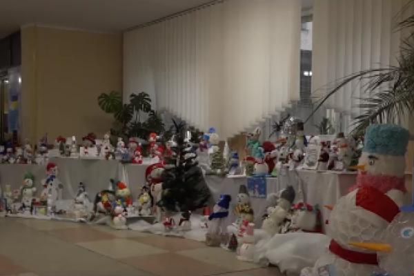 170 сніговиків не зі снігу: у 24-ій школі презентували незвичну новорічну виставку